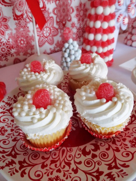 cute gumdrop cupcakes, gumdrop cupcakes, red and white cupcakes