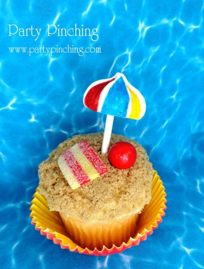beach cupcakes, beach umbrellas cupcakes, meringue cookie umbrellas, beach party ideas, beach cupcakes