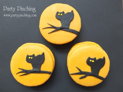 Moon Pies, Moon pie cats, halloween moon pies, cute food, halloween treats, halloween cookie, black cat cookie,