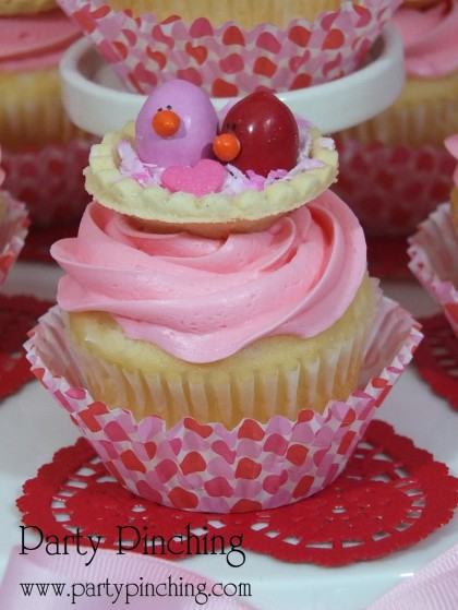 love bird cupcake, cute valentine cupcake, M&M cupcake,valentine party ideas, valentine's day dessert ideas, valentine's dessert for kids, valentine treats for kids, children valentine's day party