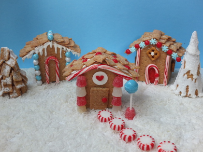 Gingerbread houses, graham cracker gingerbread house, cute food, easy Christmas treats, kid friendly Christmas